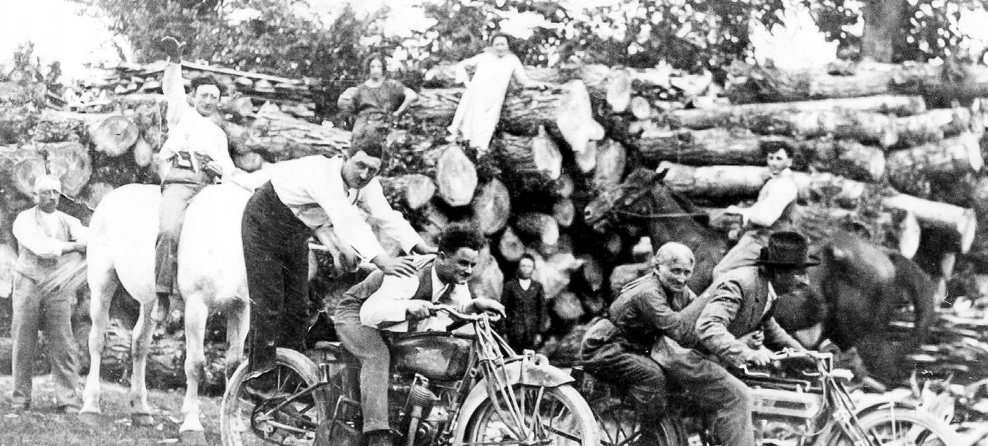 Famiglia Toselli con moto nel 1919