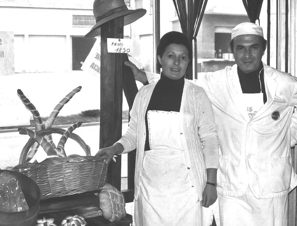 Teresa e Luciano Minarelli con prodotti del Forno
