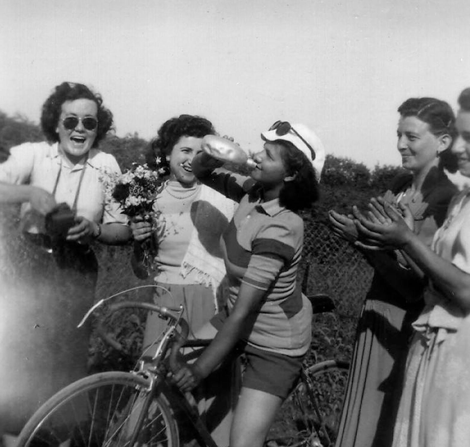 Ciclista con gruppo di ragazze