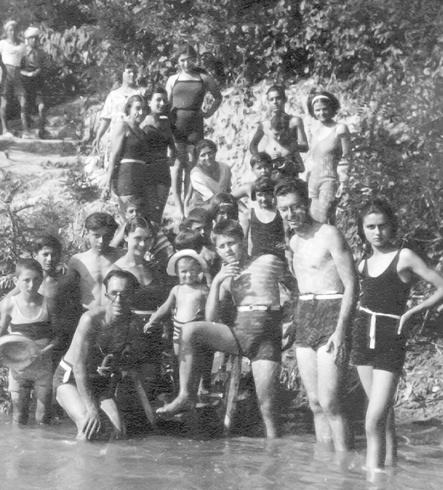 """Bagnanti alla """"giarinia"""" sul fiume Reno"""