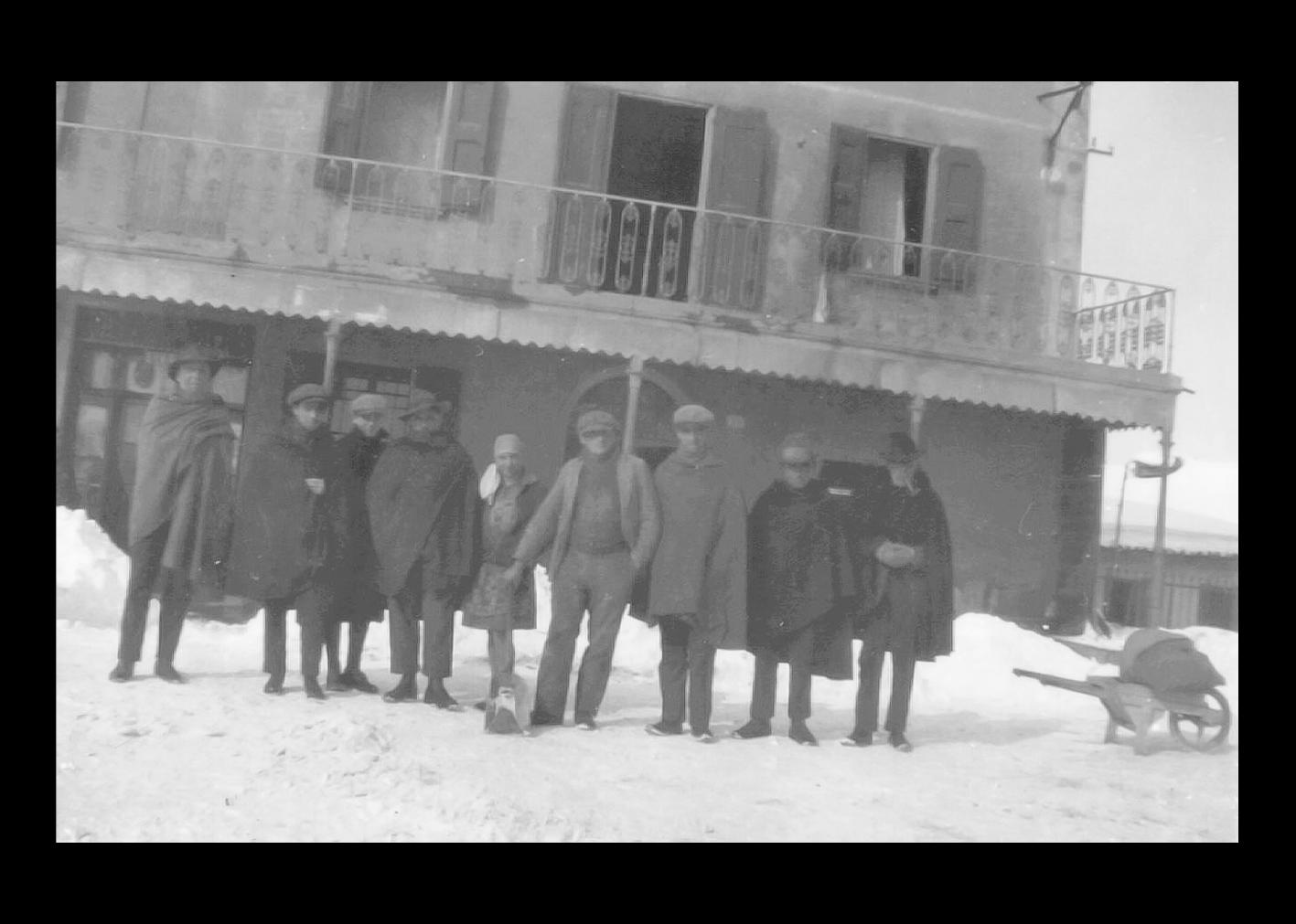 Popolani davanti all'ex casa Gaetano Govoni nel 1929