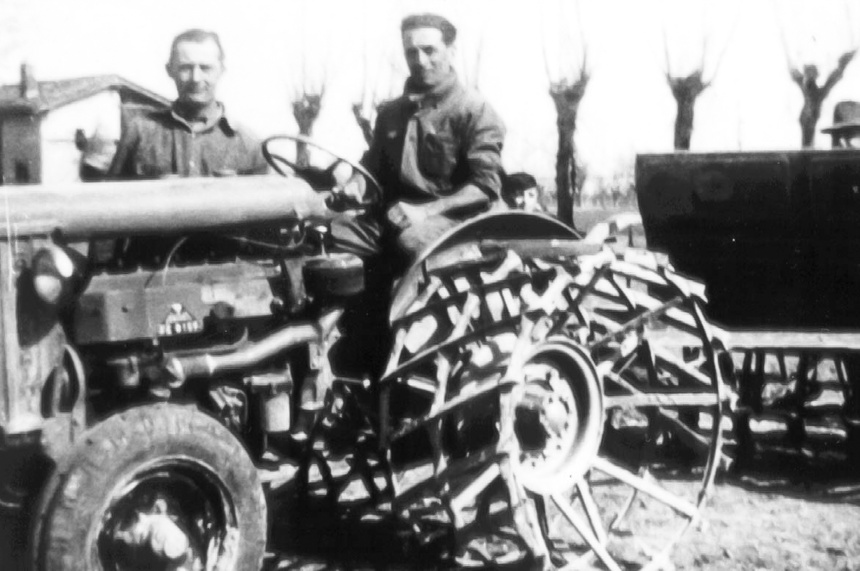 Foto di gruppo su un trattore