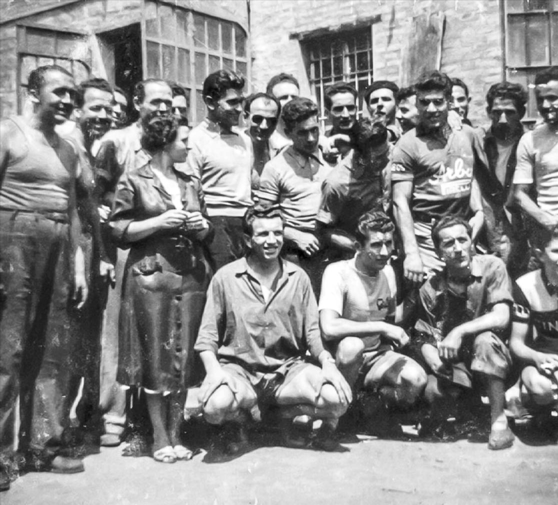 """Dipendenti dell'officina """"F.lli Ferriani"""" con ciclisti"""